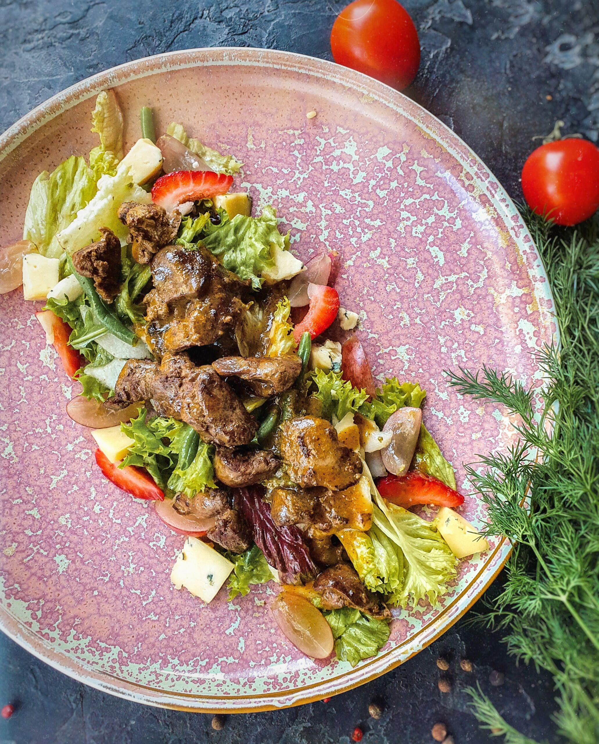 Салат из куриной печени с грушей Pinzeria by Bontempi Итальянский ресторан Волгоград пицца заказать