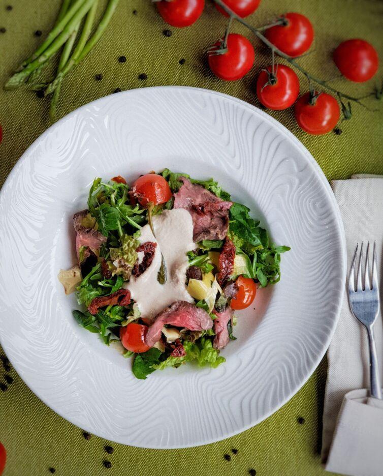 Салат с ростбифом и соусом Vitello Tonatto