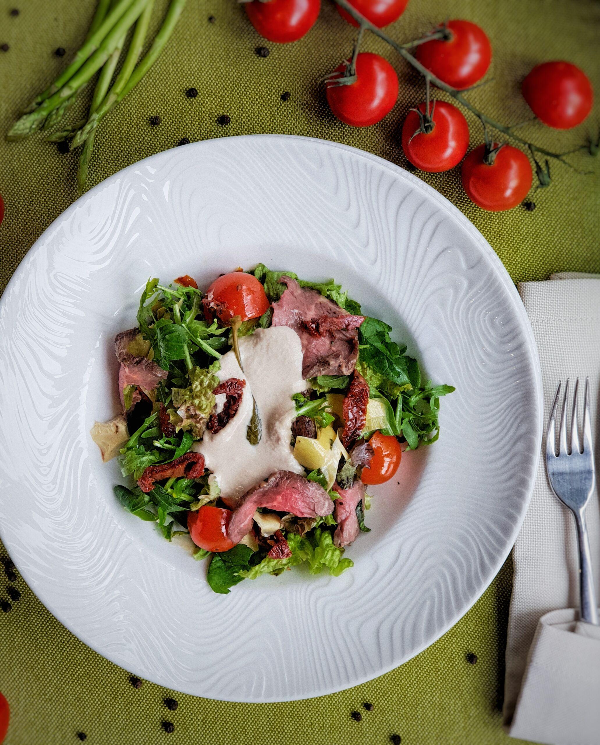 Салат с ростбифом и соусом Vitello Tonatto Pinzeria by Bontempi Итальянский ресторан Волгоград пицца заказать