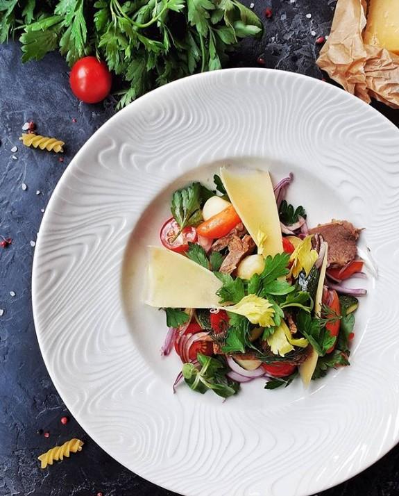 Теплый салат с отварной телятиной